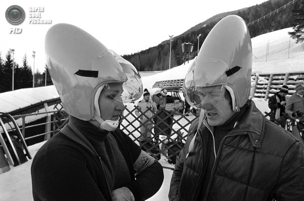 Австрия. Инсбрук, Тироль. 30 января 1976 года. Саночники Элизабет Демлайтнер и Штефан Хёльцвиммер из ГДР в яйцеобразных шлемах новейшей разработки. (AP Photo)