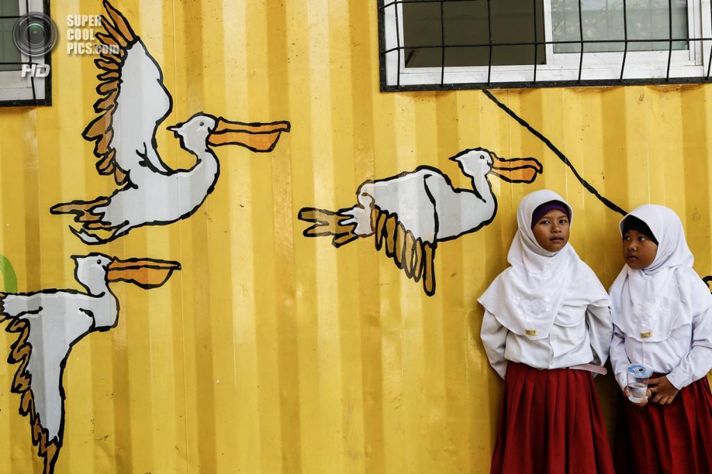 Индонезия. Депок, Западная Ява. 20 февраля. В школе, сделанной из контейнеров. (Putu Sayoga/Getty Images)