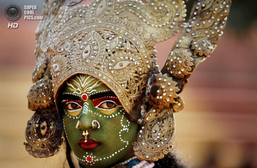 Индия. Джамму, Джамму и Кашмир. 26 февраля. Женщина в образе богини Кали во время фестиваля «Маха-Шиваратри». (AP Photo/Channi Anand)