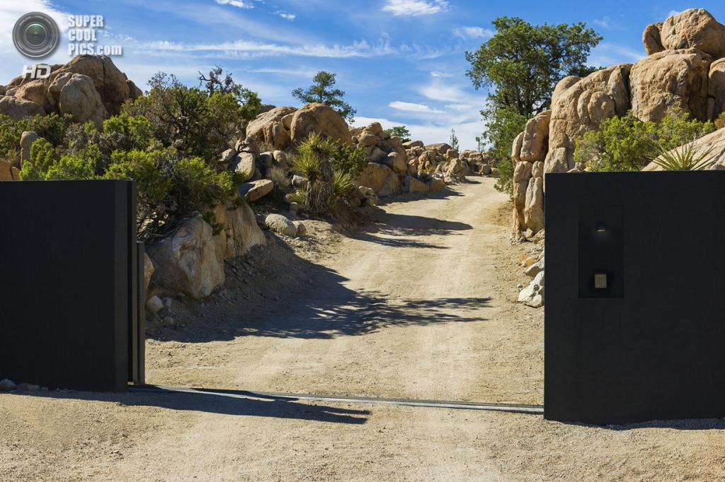 США. Юкка-Вэлли, Калифорния. Частный дом Black Desert House, спроектированный Oller & Pejic Architecture. (Marc Angeles)
