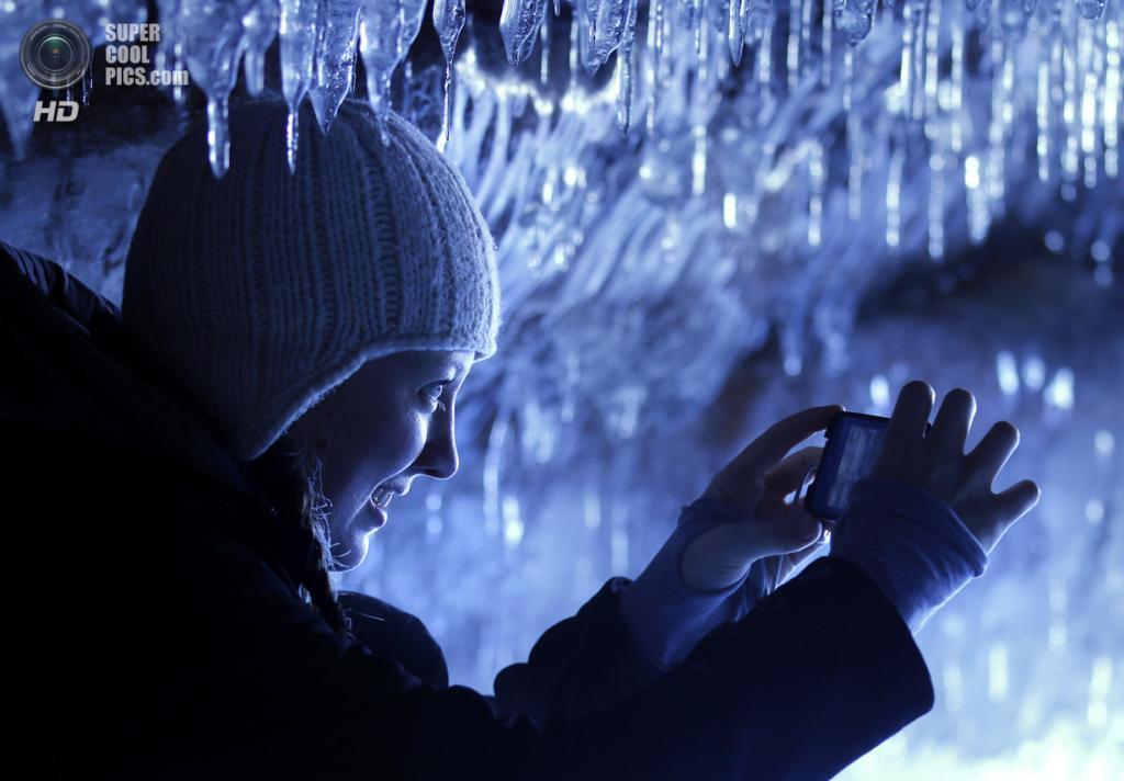 США. Корнукопия, Висконсин. 2 февраля. Ледяные пещеры Апосл-Айлендс на озере Верхнем. (AP Photo/Star Tribune, Brian Peterson)