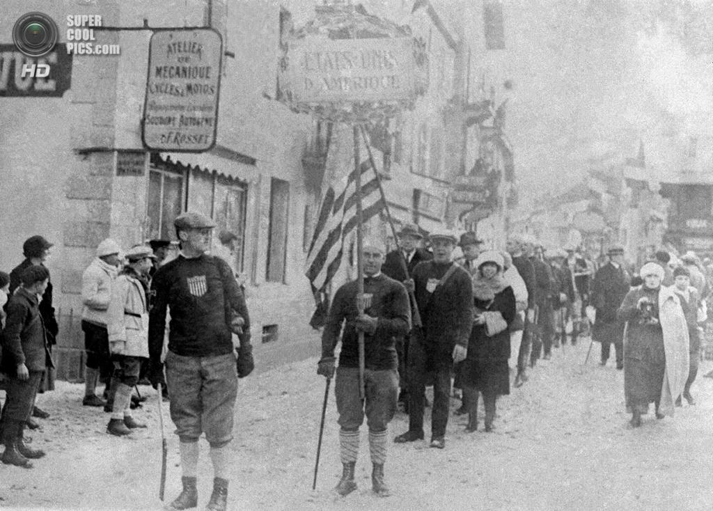 Франция. Шамони, Верхняя Савойя, Рона — Альпы. 25 января 1924 года. Спортсмены из США на церемонии открытия Международной спортивной недели по случаю VIII Олимпиады. (AP Photo)