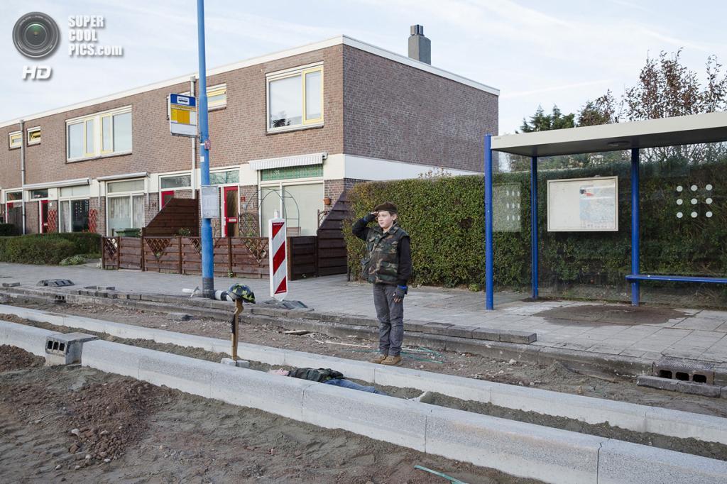 Нидерланды. Хук-ван-Холланд, Роттердам, Южная Голландия. 8 декабря 2013 года. Похороны боевого товарища. (Peter de Krom)