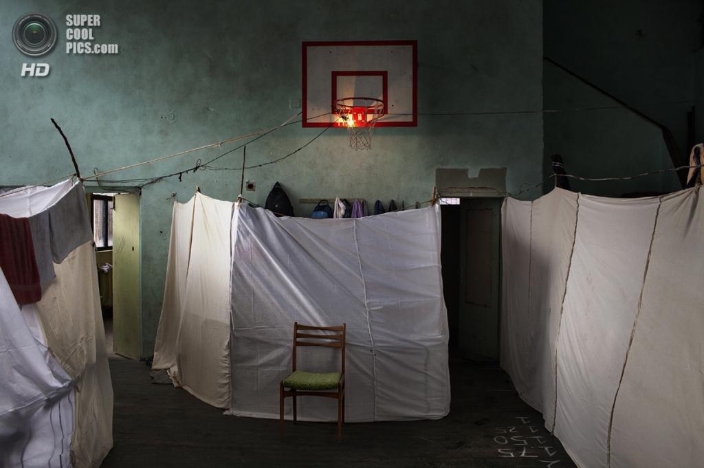 General News Single, 1-ое место: Болгария. София. 21 ноября 2013 года. Центр помощи беженцам в одной из заброшенных школ города. В нём живут около 800 сирийцев, включая 390 детей. (AP Photo/Alessandro Penso, OnOff Picture)