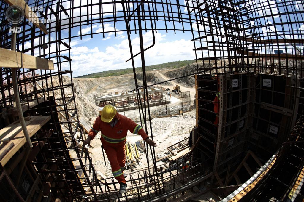 Бразилия. Кабробо, Пернамбуку. 24 января. Строительство насосной станции во главе одного из каналов для отвода воды из реки Сан-Франсиску. (REUTERS/Ueslei Marcelino)