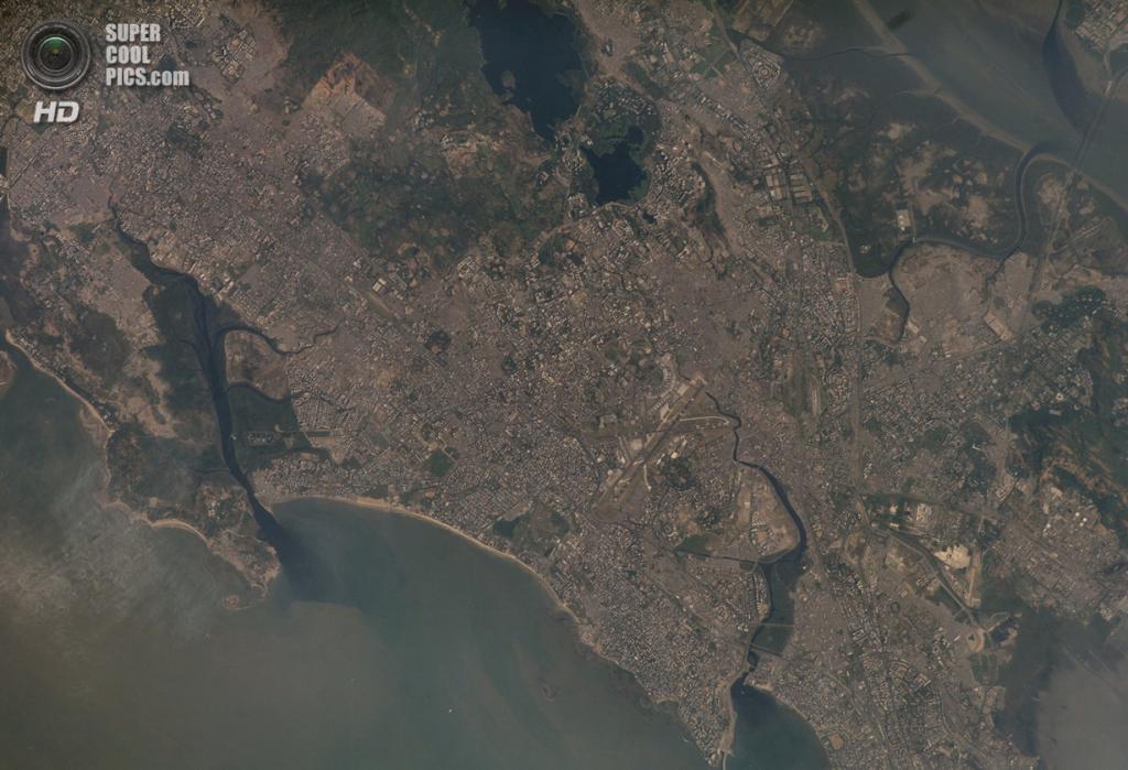 Остров Салсет в штате Махараштра, Индия. Население: 15 111 974 чел. Площадь: 619 км². Плотность населения: 24 414 чел./км². (NASA)
