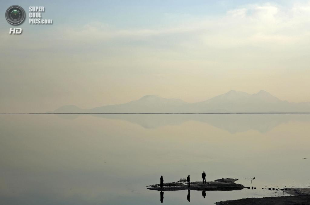 Иран. Западный Азербайджан. 15 февраля. На озере Урмия. (AP Photo/Ebrahim Noroozi)