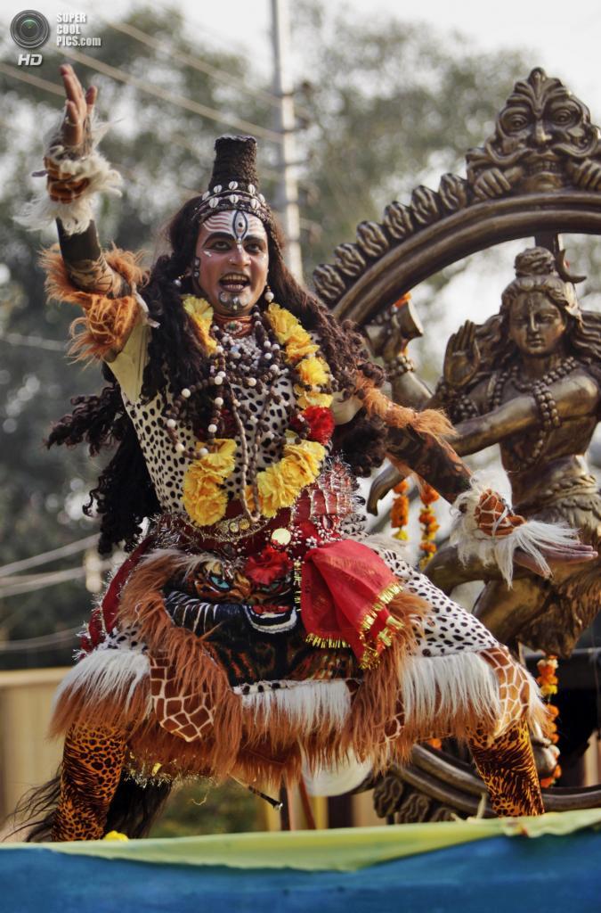 Индия. Джамму, Джамму и Кашмир. 26 февраля. Мужчина в образе бога Шивы во время фестиваля «Маха-Шиваратри». (AP Photo/Channi Anand)