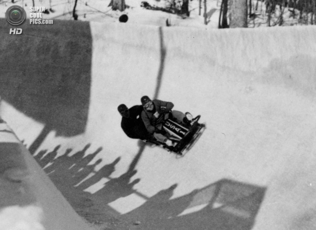 США. Лейк-Плэсид, Нью-Йорк. 9 февраля 1932 года. Американский экипаж-двойка, ведомый Хубертом Стивенсом, устанавливает мировой рекорд на соревнованиях по бобслею, проехав трассу за 2 минуты 5.88 секунды. (AP Photo)