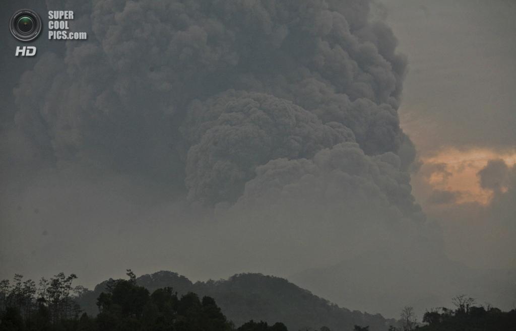 Индонезия. Блитар, Восточная Ява. 14 февраля. Извержения Келуда. (AP Photo/Trisnadi)