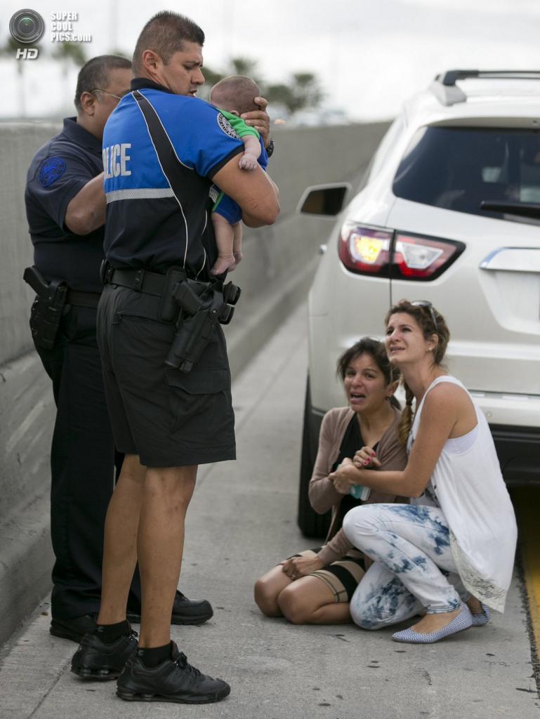 США. Свитуотер, Флорида. 20 февраля. Амаурис Бастидас держит Себастьяна, который начал подавать признаки жизни. (AP Photo/Al Díaz, Miami Herald)