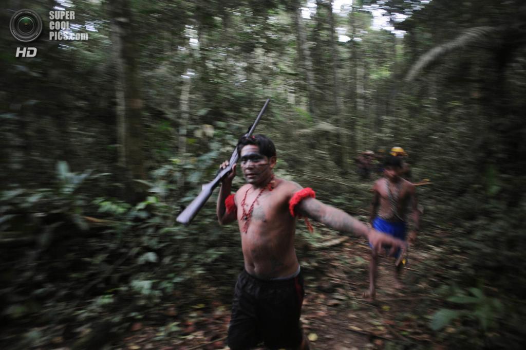 Бразилия. Пара. 17 января. Индейцы вооружены не только копьями, луками и мачете, но и более убедительным огнестрельным оружием. (REUTERS/Lunae Parracho)