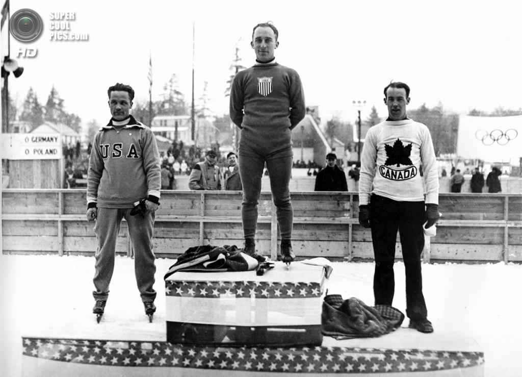 США. Лейк-Плэсид, Нью-Йорк. 4 февраля 1932 года. Призёры соревнований по скоростному бегу на коньках на 5 000 м во время церемонии награждения. (AP Photo)