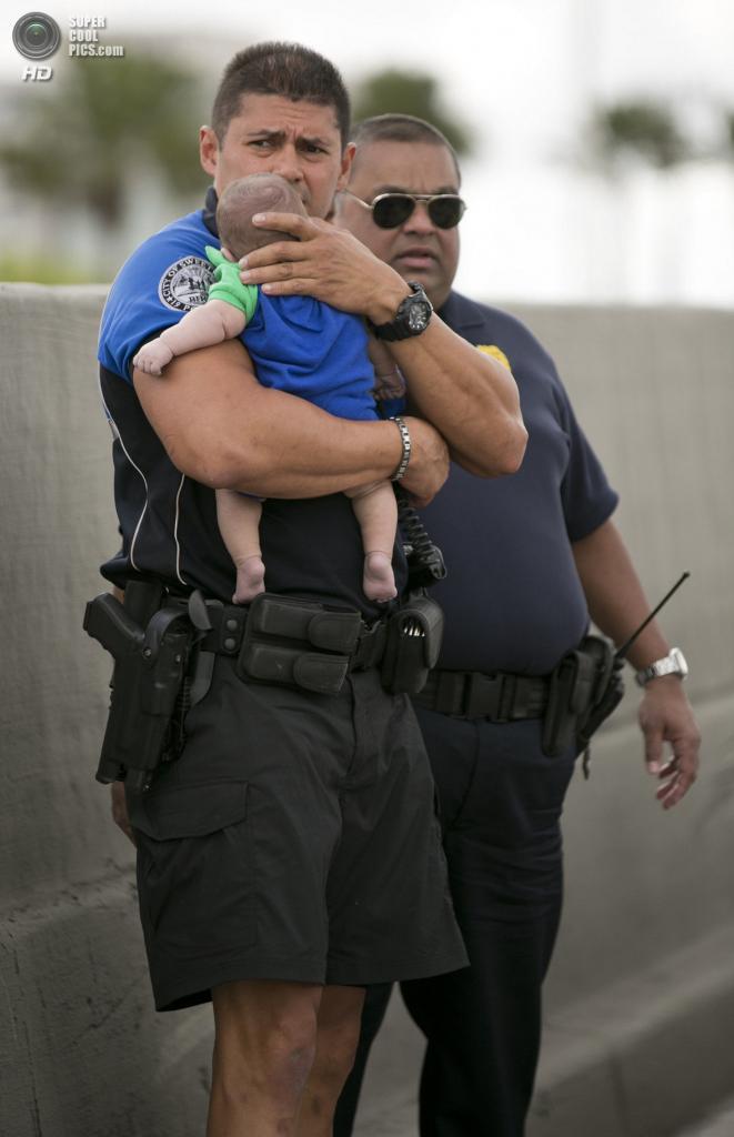 США. Свитуотер, Флорида. 20 февраля. В ожидании парамедиков. (AP Photo/Al Díaz, Miami Herald)
