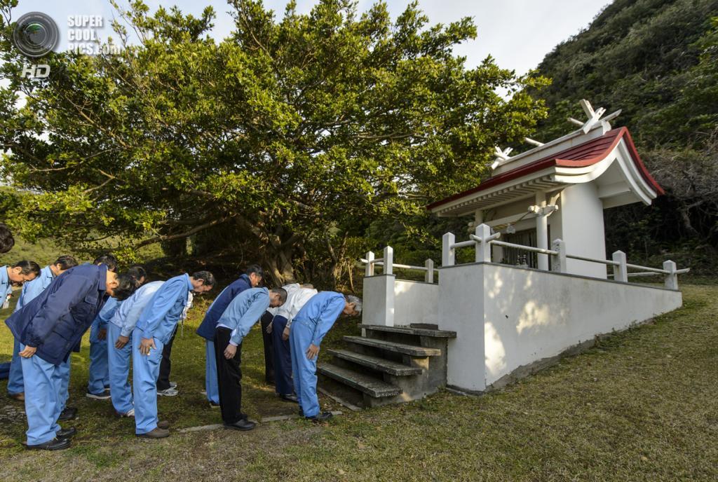Япония. Танегасима, Кагосима. 25 февраля. Команда Японского агентства аэрокосмических исследований молиться в храме перед запуском ракеты. (NASA/Bill Ingalls)