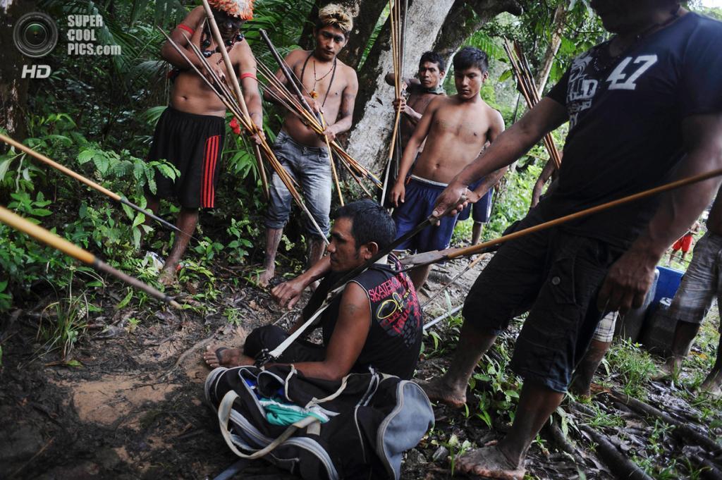 Бразилия. Пара. 20 января. Золотодобытчик в окружении индейцев. (REUTERS/Lunae Parracho)