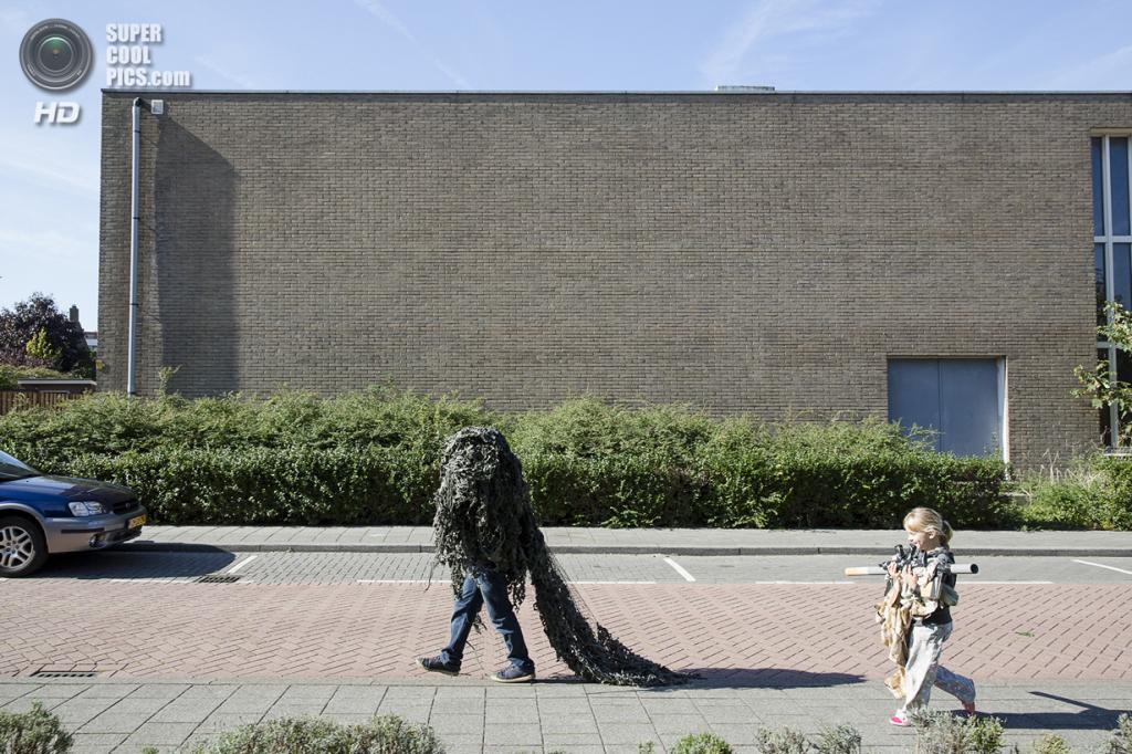 Нидерланды. Хук-ван-Холланд, Роттердам, Южная Голландия. 8 декабря 2013 года. Путь на боевую позицию у школы. (Peter de Krom)