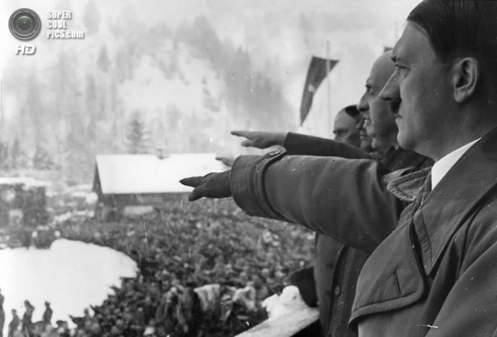 Третий рейх. Гармиш-Партенкирхен, Бавария. 6 февраля 1936 года. Рейхсканцлер Адольф Гитлер и президент Международного олимпийского комитета (МОК) Анри де Байе-Латур на церемонии открытия IV Олимпийских зимних игр. (Deutsches Bundesarchiv)