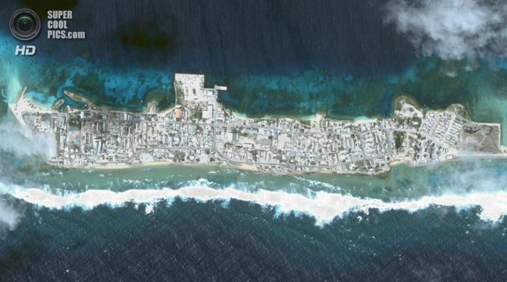 Остров Эбейе в Кваджалейне, Маршалловы Острова. Население: 15 000 чел. Площадь: 0,36 км². Плотность населения: 41 667 чел./км². (NASA)