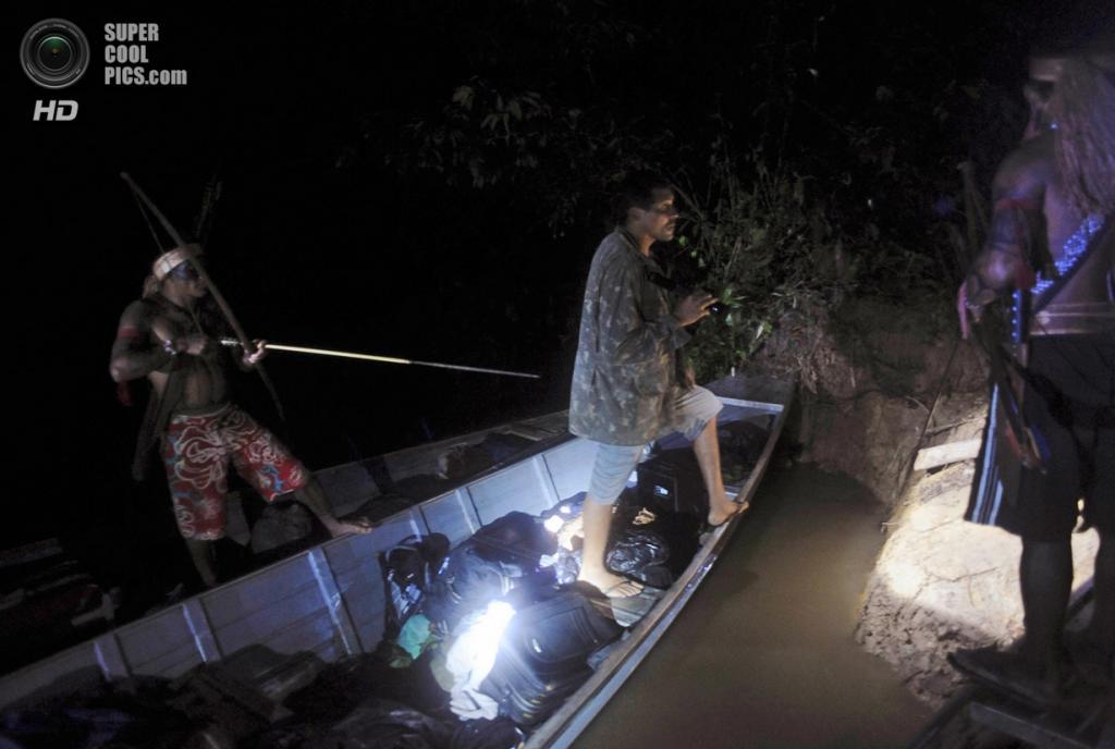 Бразилия. Пара. 17 января. Лодка золотодобытчиков, которые были пойманы воинами-мундуруку. (REUTERS/Lunae Parracho)