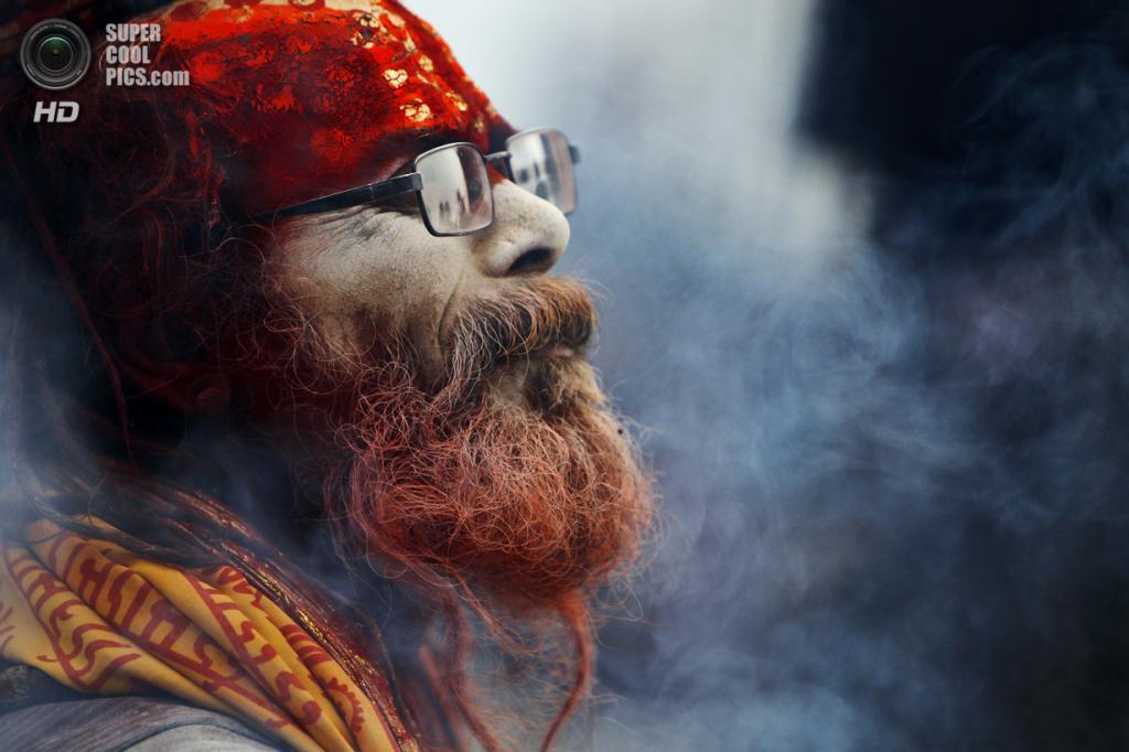 Непал. Катманду. 26 февраля. Садху курит марихуану у храма Пашупатинатх во время фестиваля «Маха-Шиваратри». (AP Photo/Niranjan Shrestha)