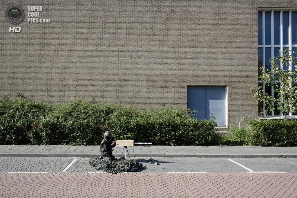 Нидерланды. Хук-ван-Холланд, Роттердам, Южная Голландия. 8 декабря 2013 года. На боевой позиции. (Peter de Krom)