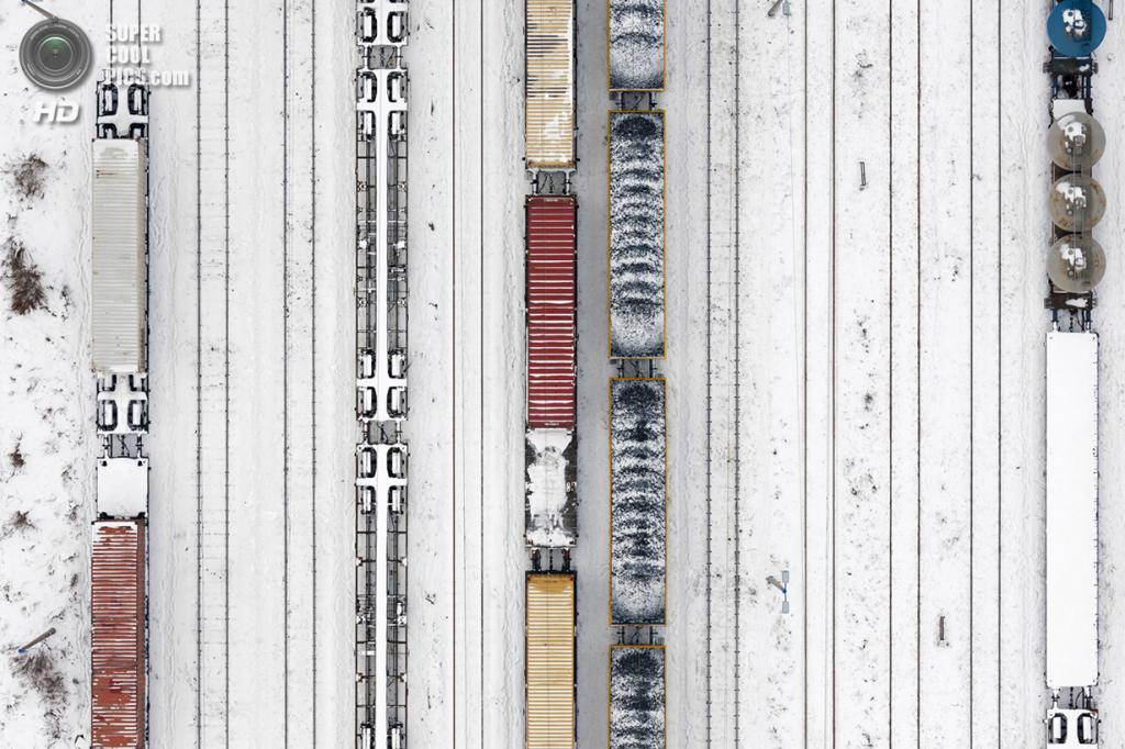 Заснеженные поезда на путях, ведущих к порту. Место съёмки: Польша. Гдыня, Поморское воеводство. (Kacper Kowalski/2014 Sony World Photography Awards)