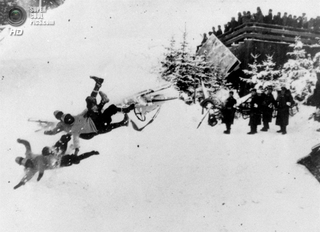 Третий рейх. Гармиш-Партенкирхен, Бавария. 19 февраля 1936 года. Неудачный заезд итальянского экипажа-четвёрки на соревнованиях по бобслею. (AP Photo)