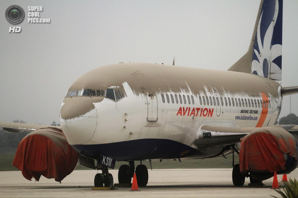 Индонезия. Суракарта, Центральная Ява. 14 февраля. «Боинг-737» авиалиний Kal Star Aviation в вулканическом пепле. (AFP/Getty Images)