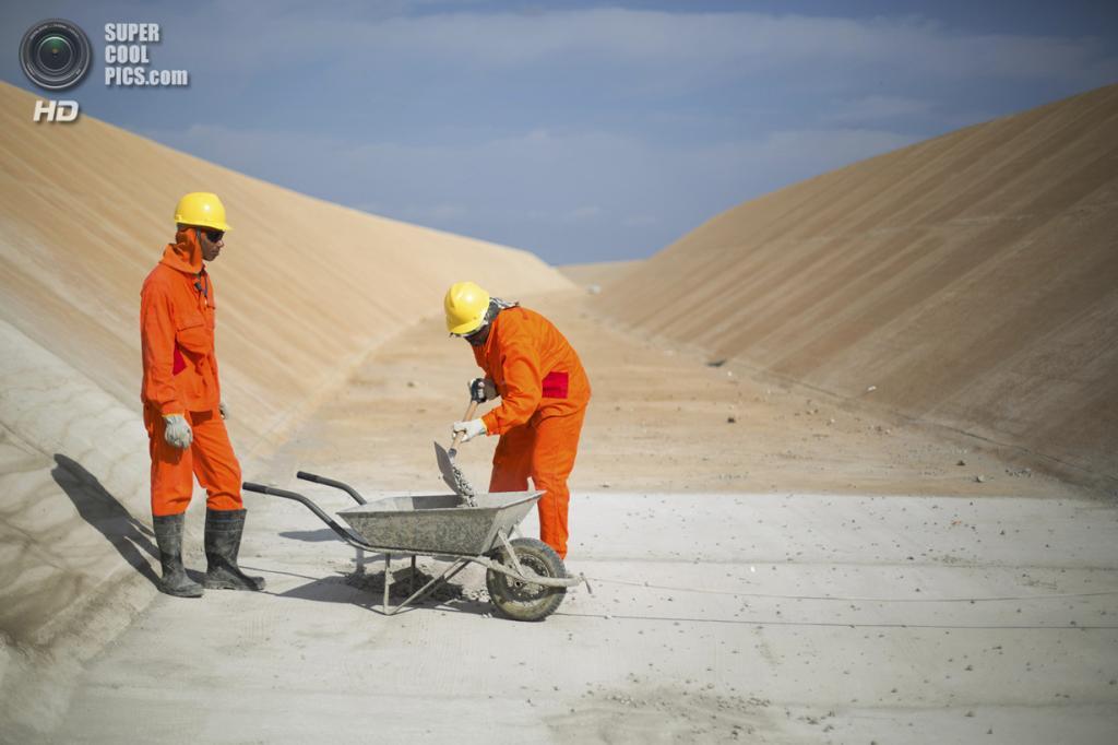 Бразилия. Кабробо, Пернамбуку. 24 января. Рабочие проводят строительные работы на одном из каналов. (REUTERS/Ueslei Marcelino)