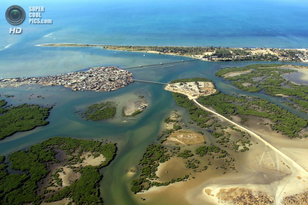 Остров Фадиут в департаменте Мбур, область Тиес, Сенегал. Население: 9 000 чел. Площадь: 0,15 км². Плотность населения: 60 000 чел./км². (Susanne Bommeli)