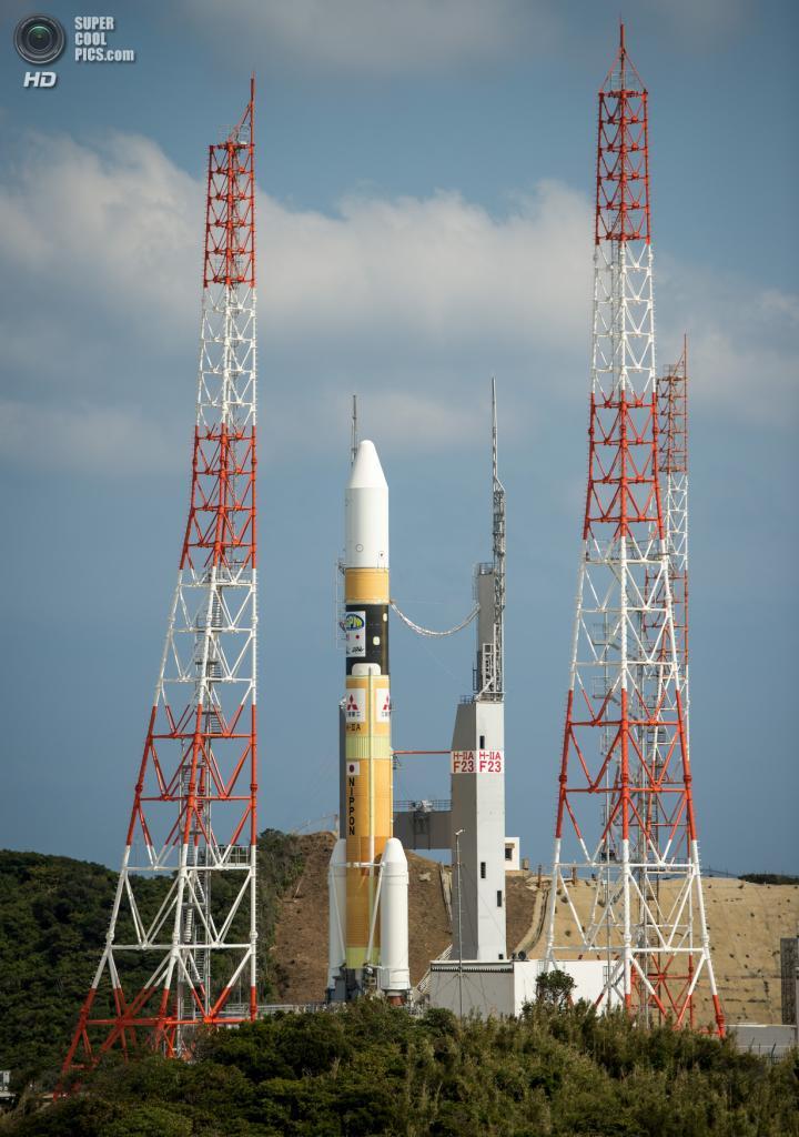 Япония. Танегасима, Кагосима. 27 февраля. Японская ракета-носитель H-IIA на пусковой платформе. (NASA/Bill Ingalls)