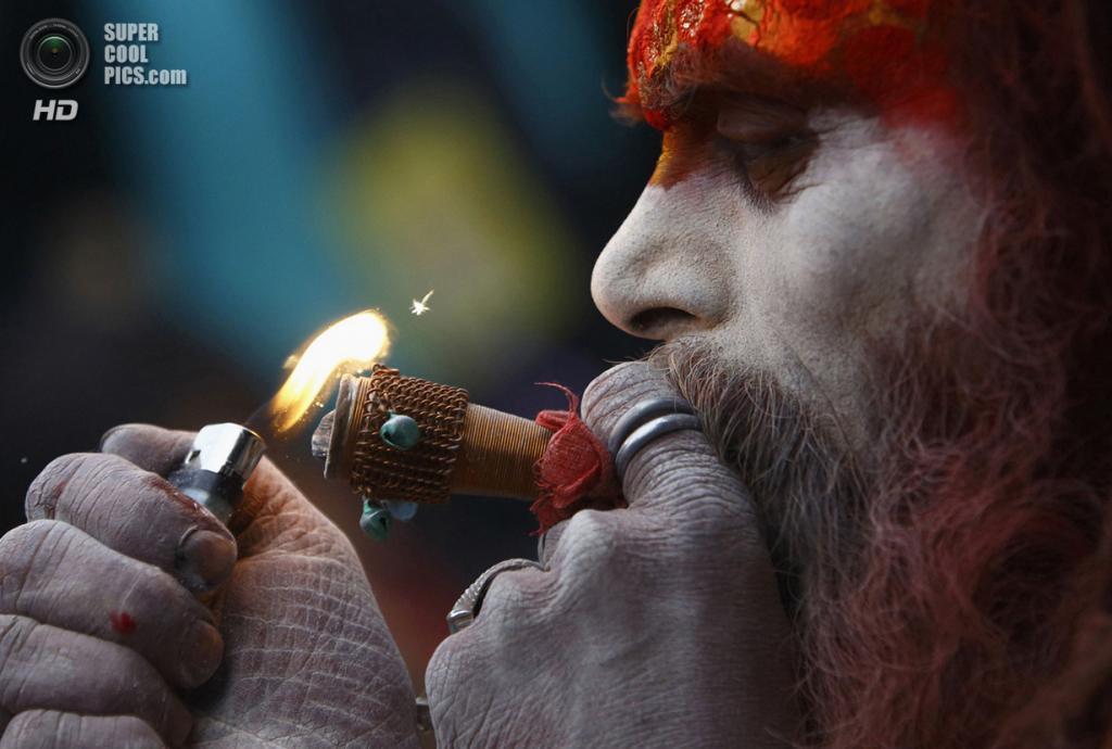 Непал. Катманду. 27 февраля. Садху курит марихуану у храма Пашупатинатх во время фестиваля «Маха-Шиваратри». (REUTERS/Navesh Chitrakar)
