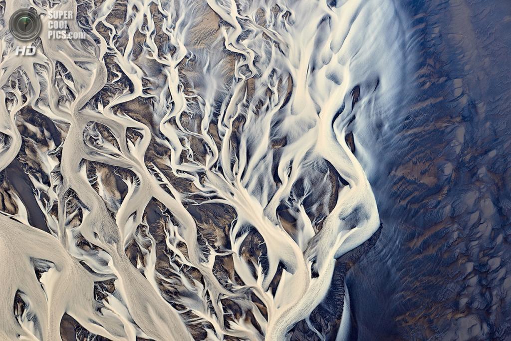 Вид с высоты птичьего полёта на речную дельту. Место съёмки: Исландия. (Emmanuel Coupe/2014 Sony World Photography Awards)