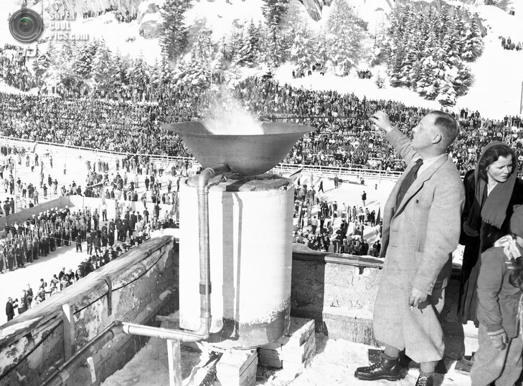 Швейцария. Санкт-Мориц, Граубюнден. 30 января 1948 года. Зажжение олимпийского огня на церемонии открытия V Олимпийских зимних игр. Это были первые Олимпийские зимние игры после окончания Второй мировой войны. (AP Photo)