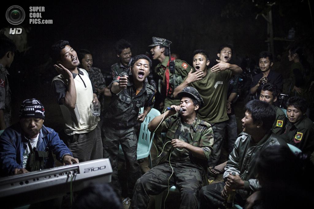 Daily Life Single, 1-ое место: Мьянма. Качин. 15 марта 2013 года. Солдаты, представляющее этническое меньшинство северной бирманской провинции Качин, поют на похоронах одного из своих лидеров. (AP Photo/Julius Schrank, De Volkskrant)