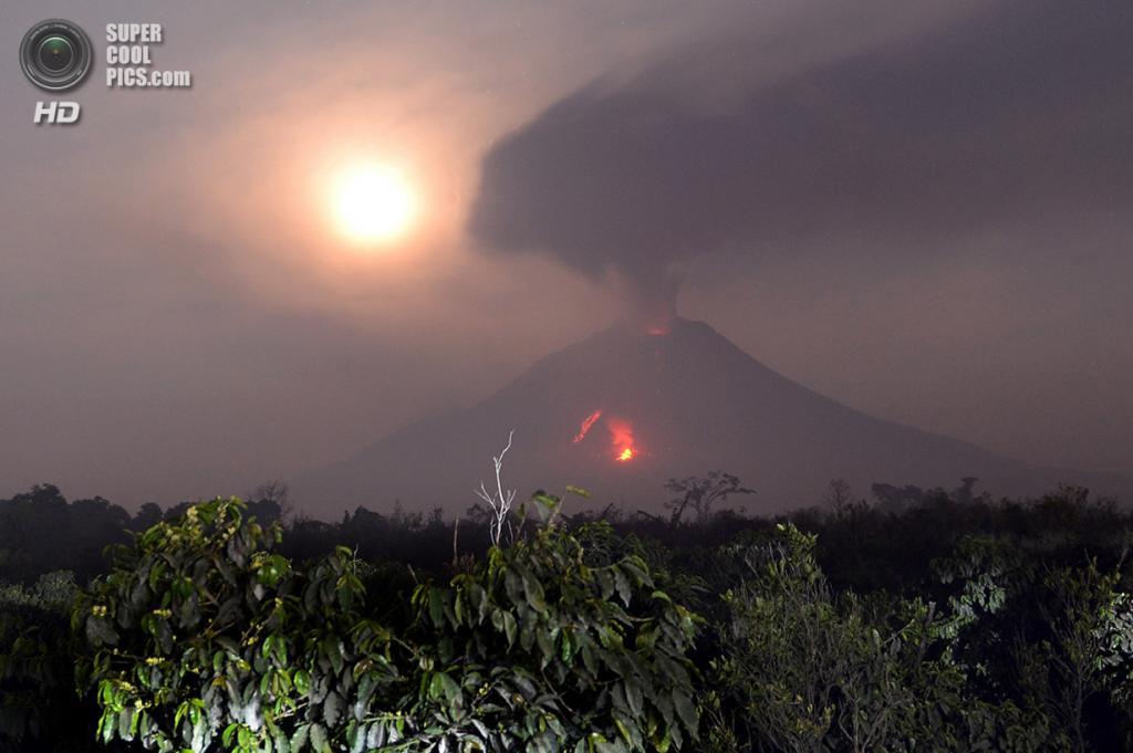 Индонезия. Каро, Северная Суматра. 6 февраля. Извержение Синабунга. (Adek Berry/AFP/Getty Images)