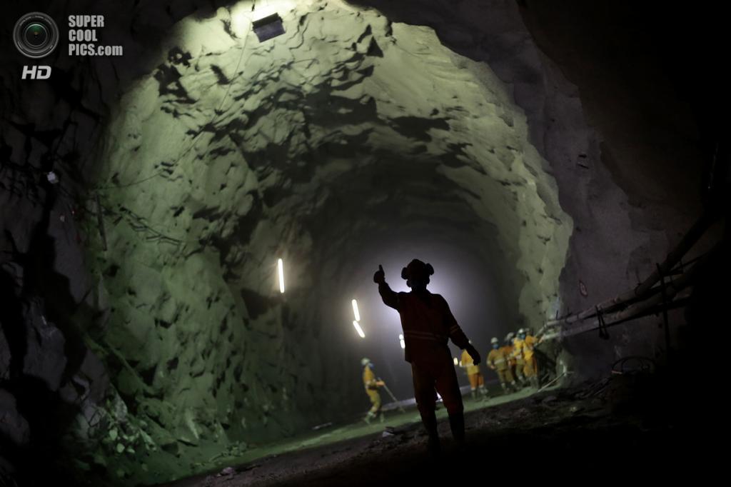 Бразилия. Сан-Жозе-ди-Пираньяс, Параиба. 28 января. Рабочий внутри тоннеля Cuncas I, который должен связывать каналы. (REUTERS/Ueslei Marcelino)