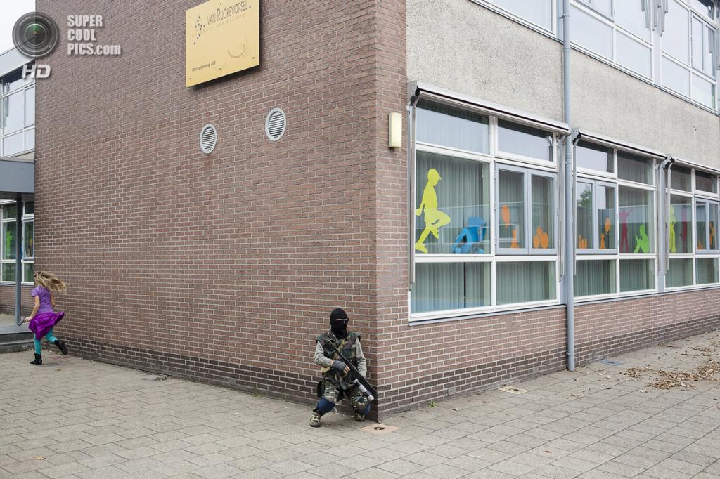 Нидерланды. Хук-ван-Холланд, Роттердам, Южная Голландия. 8 декабря 2013 года. Атака с фланга. (Peter de Krom)