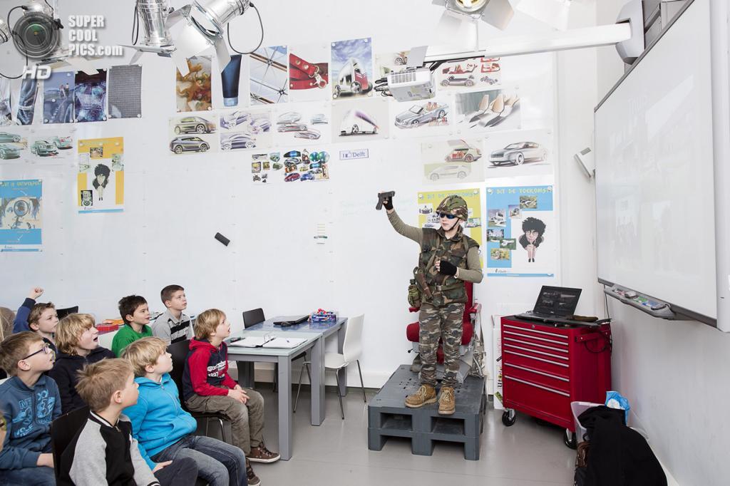 Нидерланды. Хук-ван-Холланд, Роттердам, Южная Голландия. 8 декабря 2013 года. Тимон рассказывает одноклассникам об оружии. (Peter de Krom)