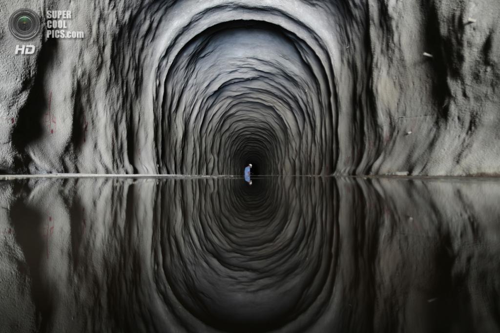 Бразилия. Маурити, Сеара. 28 января. Рабочий внутри тоннеля Cuncas II, который должен связывать каналы. (REUTERS/Ueslei Marcelino)