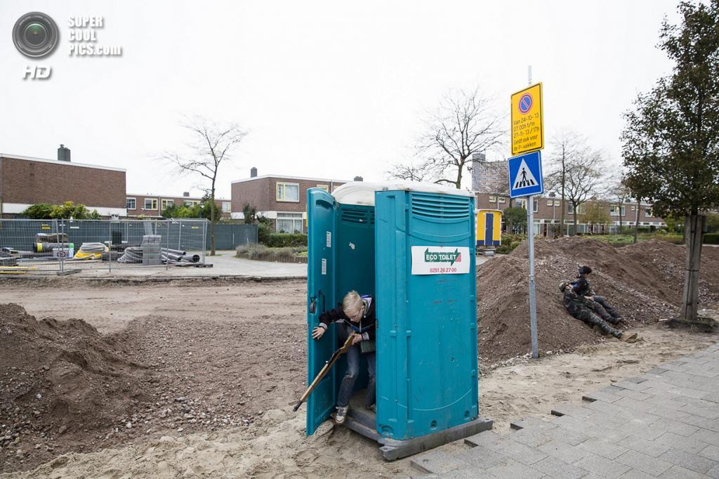 Нидерланды. Хук-ван-Холланд, Роттердам, Южная Голландия. 8 декабря 2013 года. Противник отступает. (Peter de Krom)