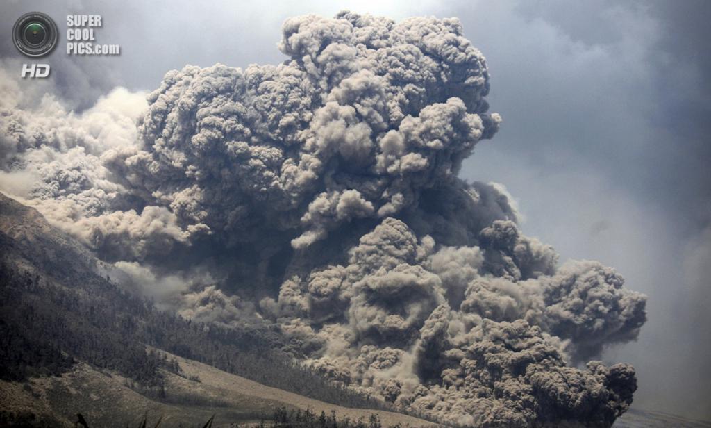 Индонезия. Паюнг, Северная Суматра. 3 февраля. Пирокластический поток во время извержения Синабунга. (AP Photo/Binsar Bakkara)