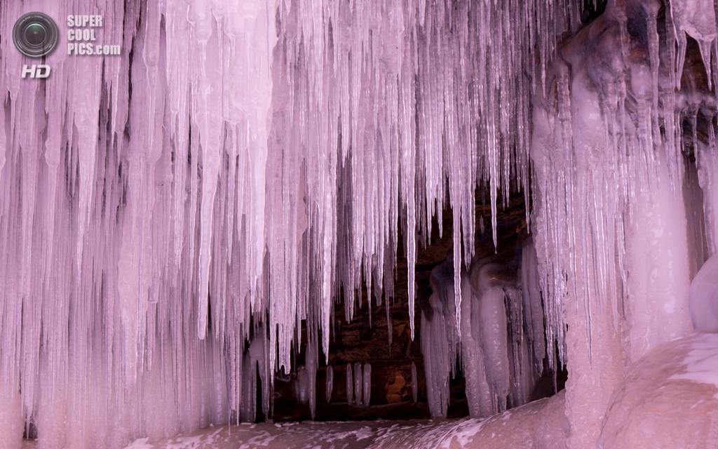 США. Корнукопия, Висконсин. 25 января. Ледяные пещеры Апосл-Айлендс на озере Верхнем. (Donald M. Tredinnick)