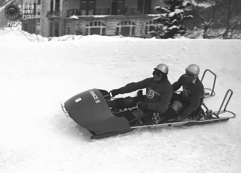 Швейцария. Санкт-Мориц, Граубюнден. 30 января 1948 года. Французский экипаж-двойка на соревнованиях по бобслею. (AP Photo)