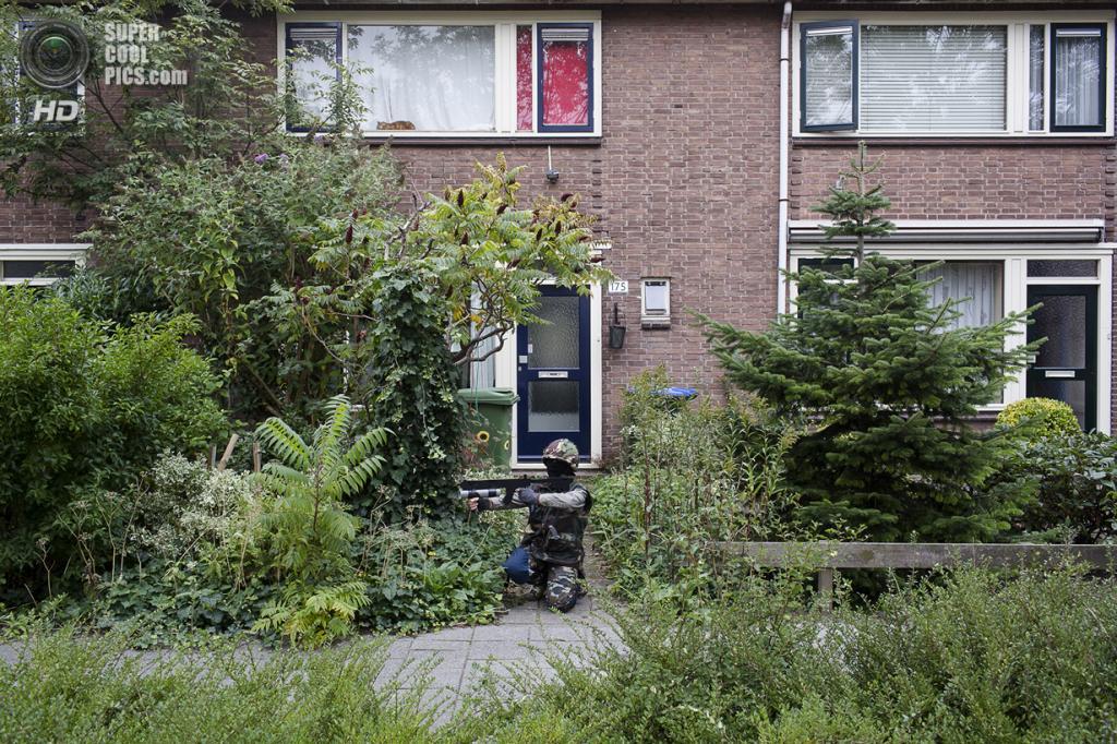 Нидерланды. Хук-ван-Холланд, Роттердам, Южная Голландия. 8 декабря 2013 года. Прицельный огонь по противнику. (Peter de Krom)