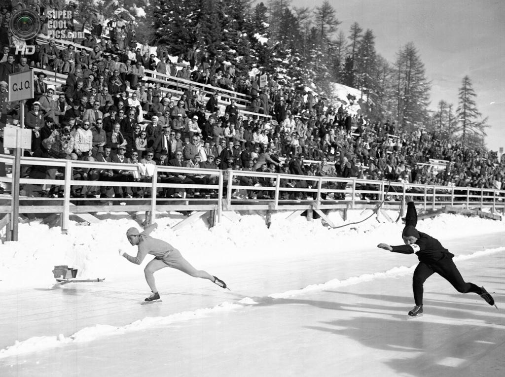 Швейцария. Санкт-Мориц, Граубюнден. 31 января 1948 года. Хиджо Чхан Ли из Кореи и Антон Хёйскес из Нидерландов на соревнованиях по скоростному бегу на коньках на 500 м. (AP Photo/Robert Rider-Rider)