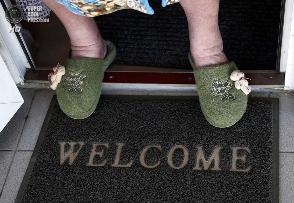 Россия. Сочи, Краснодарский край. 12 февраля. Коврик на пороге с надписью «Welcome». (REUTERS/Eric Gaillard)