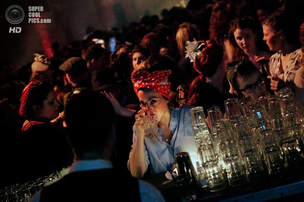 Великобритания. Лондон. 22 февраля. Ретро-вечеринка The Blitz Party в стиле 1940-х. (Mary Turner/Getty Images)