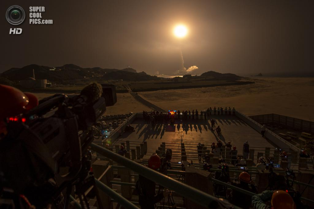 Япония. Танегасима, Кагосима. 28 февраля. Японская ракета-носитель H-IIA c метеорологической обсерваторией GPM на борту стартует с космодрома Космического центра Танегасима. (NASA/Bill Ingalls